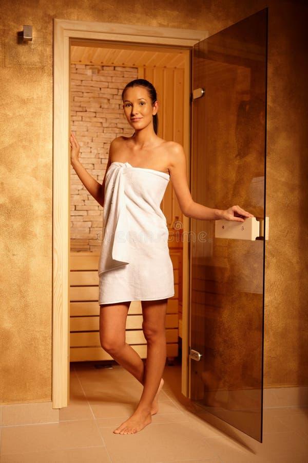 Ładna kobieta przy drzwi sauna zdjęcia stock