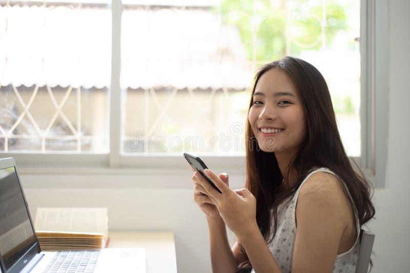 Ładna kobieta robi zakupy online z jej wiszącą ozdobą fotografia royalty free