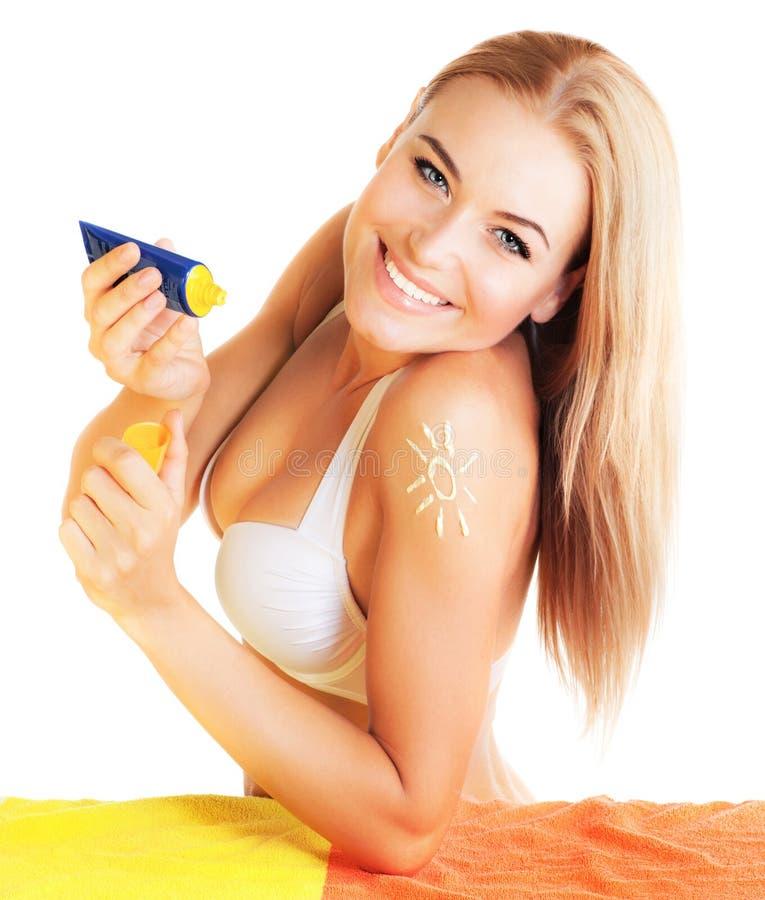 Ładna kobieta stosować suntan śmietankę fotografia stock