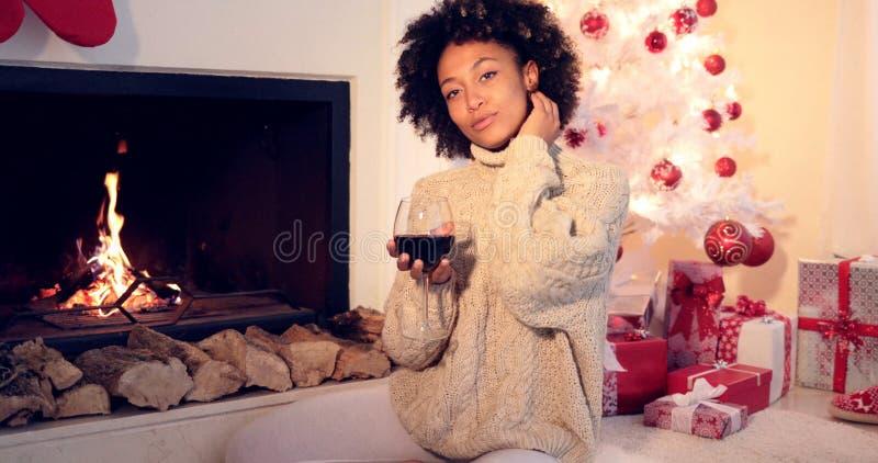 Ładna kobieta trzyma wina szkło obok graby zdjęcie royalty free