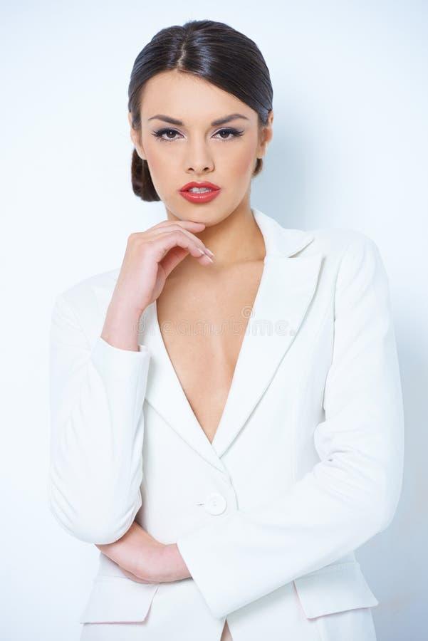 Ładna kobieta w bielu rękawa Długiej koszula zdjęcie royalty free