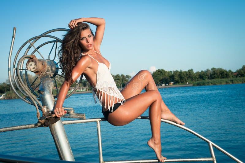 Ładna kobieta w bikini na łodzi zdjęcie stock