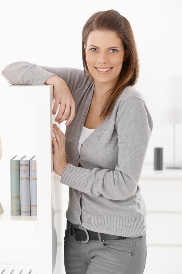 Ładna kobieta w domu zdjęcia royalty free