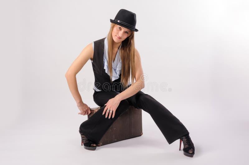 Ładna kobieta w kapeluszu z rocznik walizką zdjęcie stock