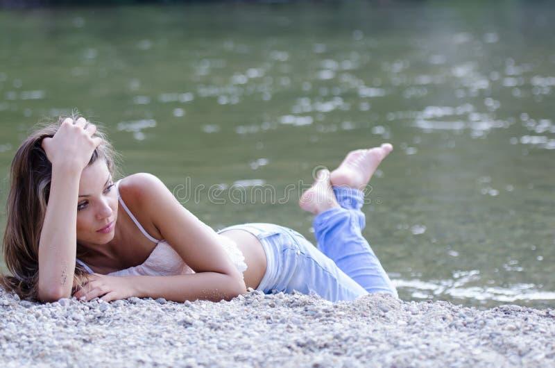 Ładna kobieta w pięknej scenerii przy rzeką obrazy stock