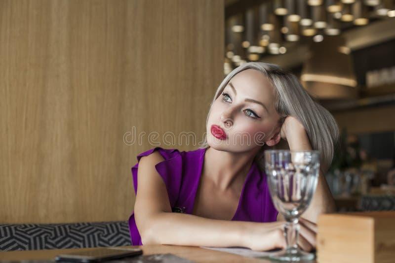 Ładna kobieta w restauraci lub kawiarni zdjęcie royalty free