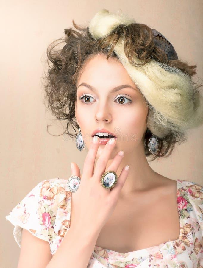 Zdziwienie. Portret Zdziwiona kobieta w Retro sukni. Oszołomienie zdjęcie stock