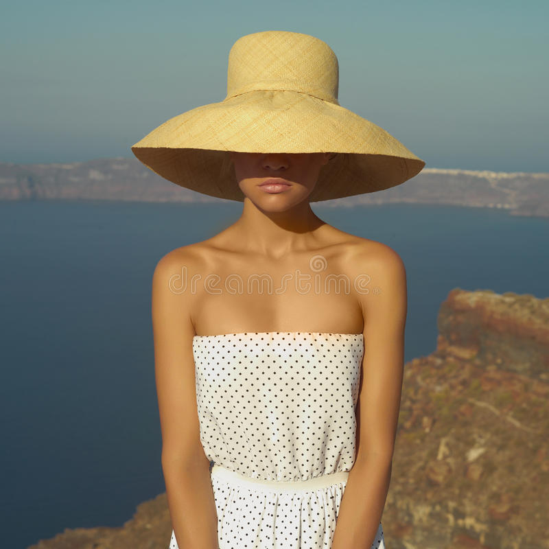 Ładna kobieta w słomianym kapeluszu fotografia stock