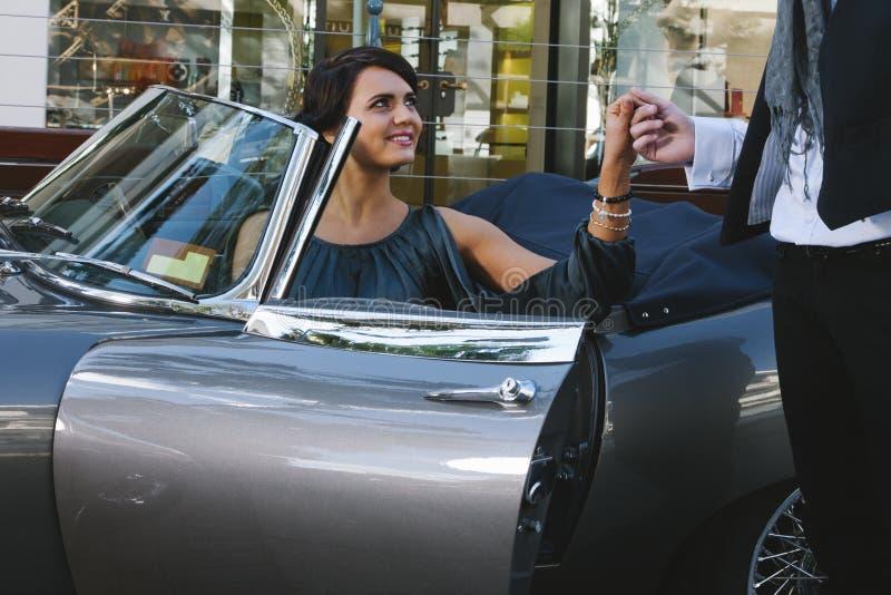 Ładna kobieta w samochodzie obrazy stock