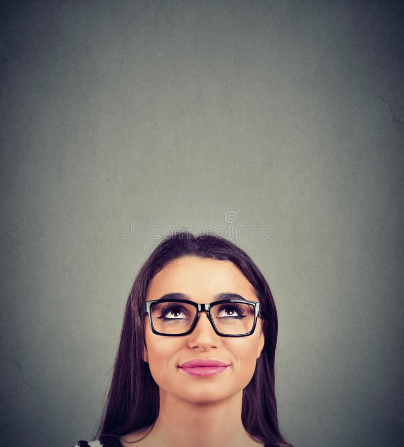 Ładna kobieta w szkłach przyglądających w górę obraz royalty free