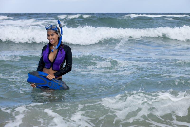 Ładna kobieta w wetsuit iść snorkeling fotografia stock