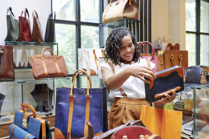 ?adna kobieta wybiera torb? zdjęcie royalty free