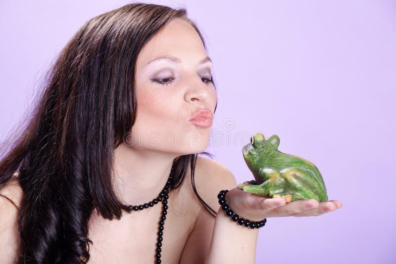 Ładna kobieta z żabą fotografia royalty free