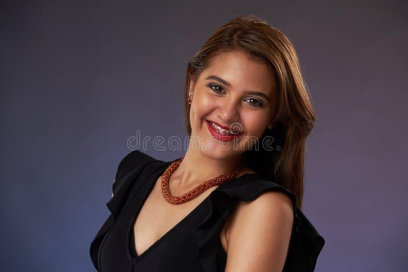 Ładna kobieta z brasami na zębach fotografia stock
