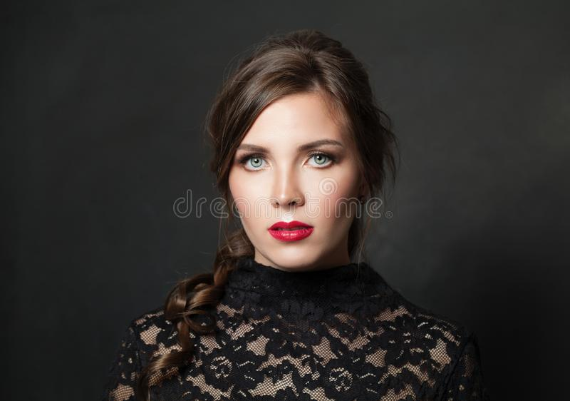 Ładna kobieta z czerwonym wargi makeup włosy na czarnym tle zdjęcia royalty free
