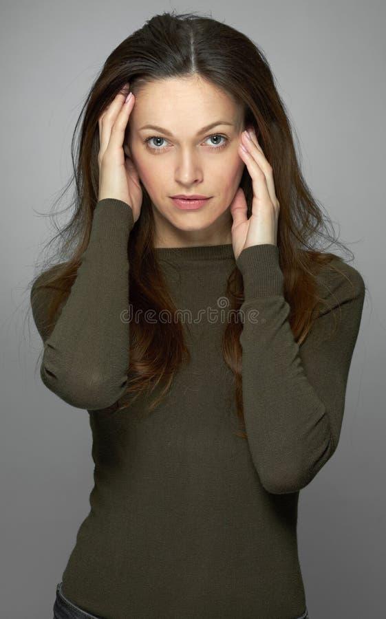 Ładna kobieta z długim brązu włosy w przypadkowych ubraniach odosobniony zdjęcie royalty free