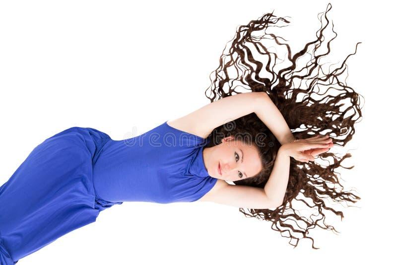 Ładna kobieta z długim pięknym kędzierzawym brown włosy odizolowywającym na bielu fotografia royalty free