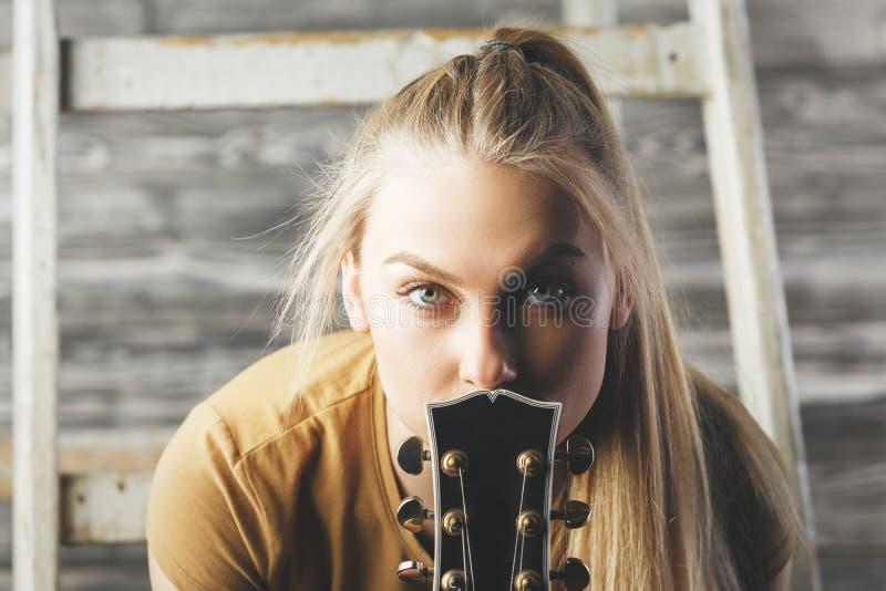 Ładna kobieta z gitary szyją zdjęcie royalty free