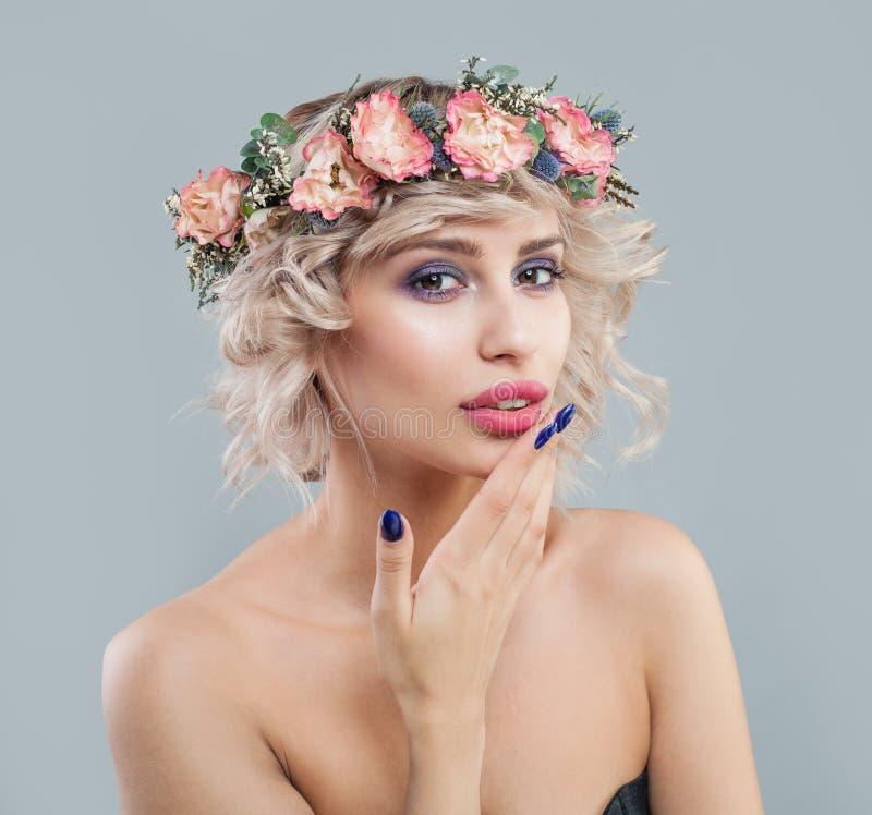 Ładna kobieta z jasną skórą, makeup, kwiatami i skrótu ostrzyżenia kędzierzawym portretem, zdjęcie stock