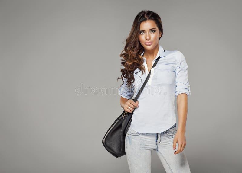 Ładna kobieta z naramienną torbą obraz royalty free