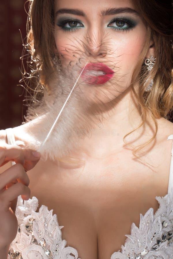 Ładna kobieta z piórkowym zbliżeniem obrazy royalty free