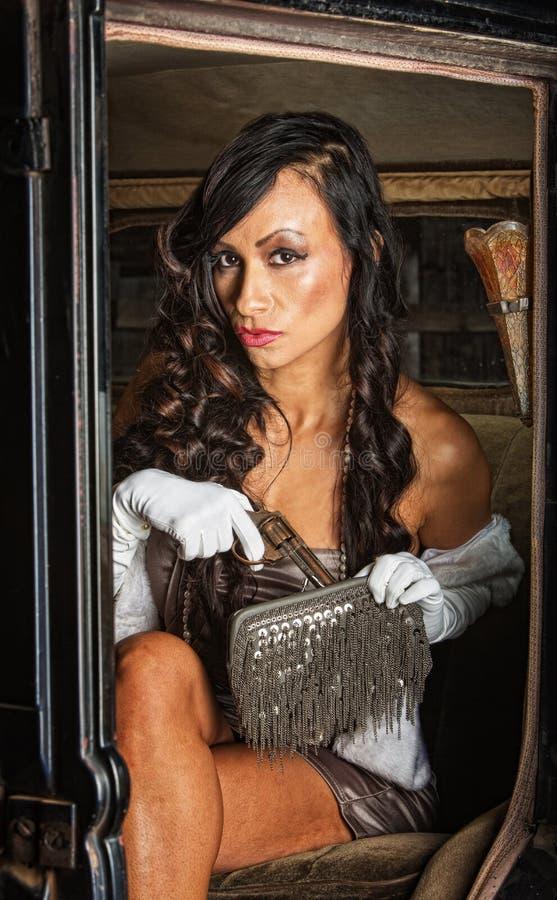 Ładna kobieta z pistoletem w kiesie zdjęcie stock