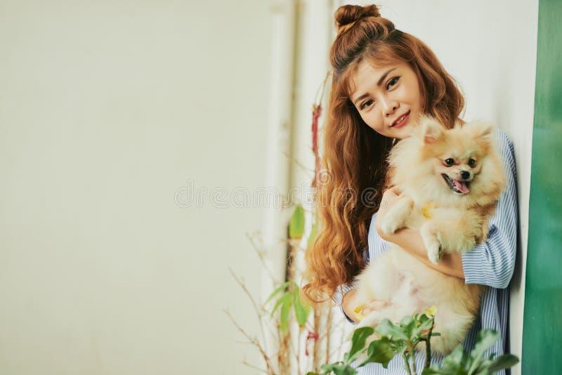 Ładna kobieta z psem zdjęcia royalty free