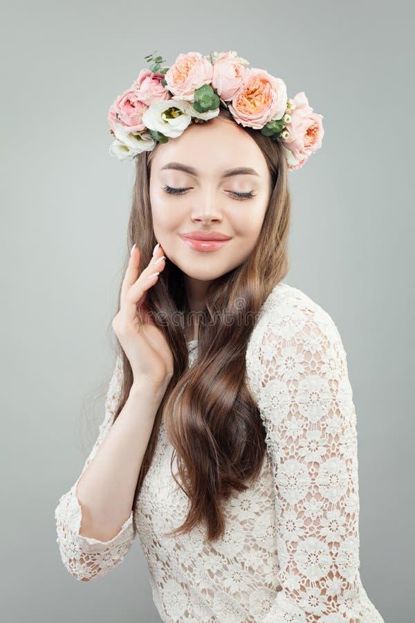 Ładna kobieta z róża kwiatami, portret obrazy stock