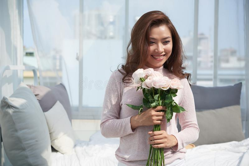 Ładna kobieta z różami zdjęcia stock