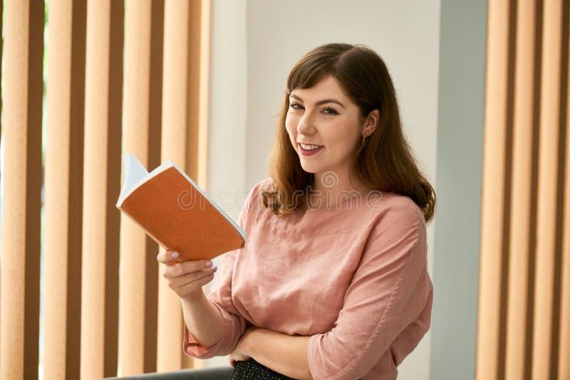 Ładna kobieta z rozpieczętowaną książką obrazy royalty free