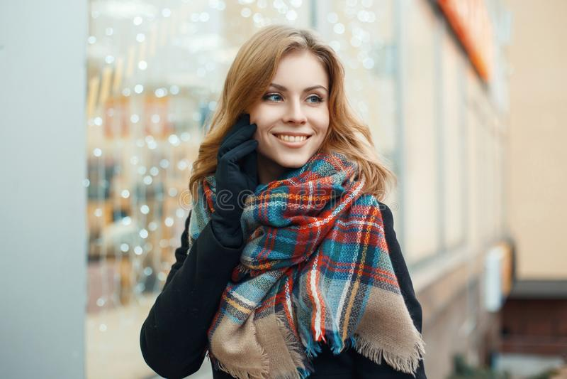 Ładna kobieta z słodkim uśmiechem robi Bożenarodzeniowemu zakupy zdjęcie stock