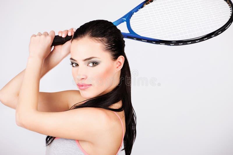 Ładna kobieta z tenisowym kantem zdjęcie stock