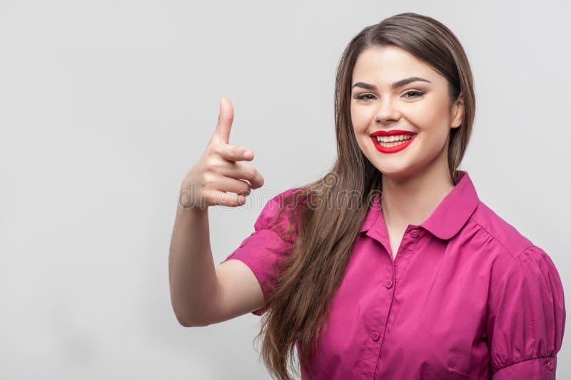 Ładna kobieta zagraża strzelać someone zdjęcie royalty free