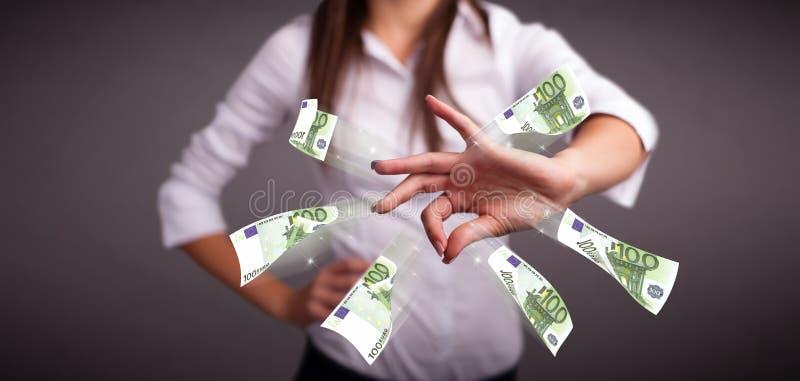 Ładna kobiety pozycja i miotanie pieniądze obraz stock