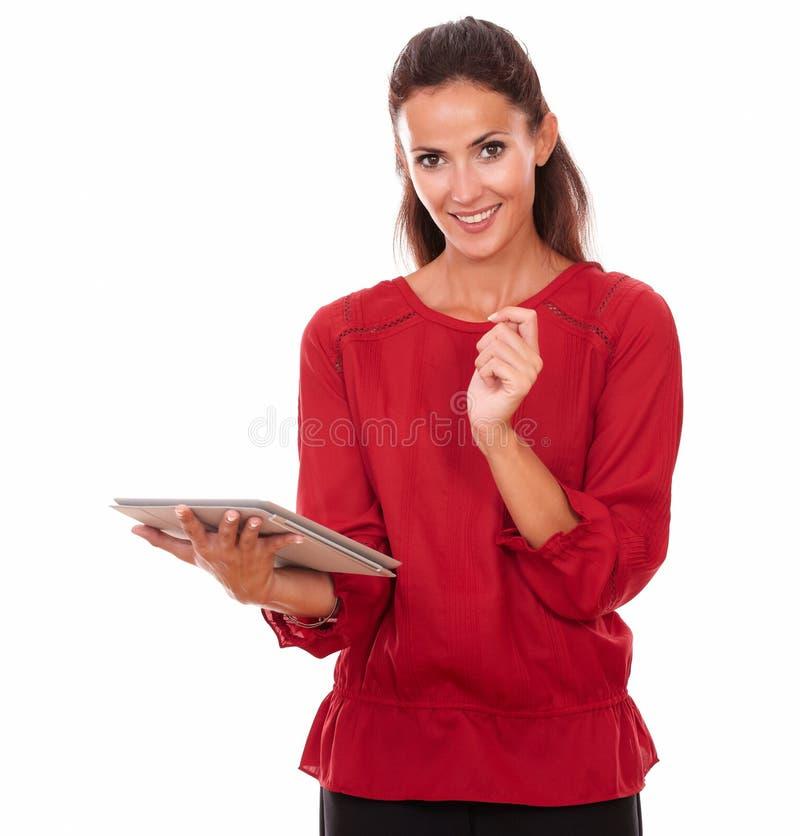 Ładna latynoska kobieta pracuje na jej pastylka komputerze osobistym obrazy royalty free