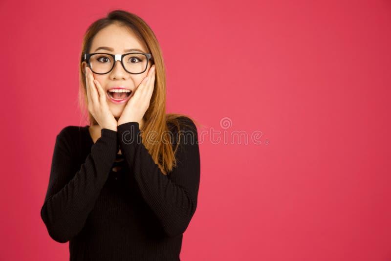 Ładna młoda azjatykcia kobieta w pracowniany patrzeć szokujący zdjęcia stock