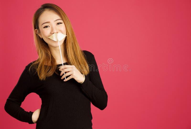 Ładna młoda azjatykcia kobieta w studiu fotografia stock
