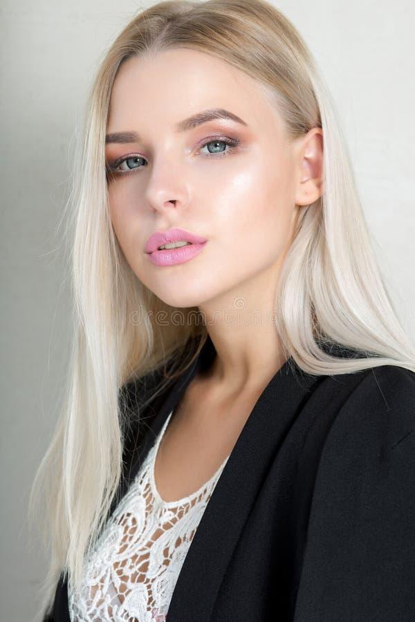 Ładna młoda blondynki dziewczyna z różowymi wargami i tęsk prosty włosy fotografia royalty free