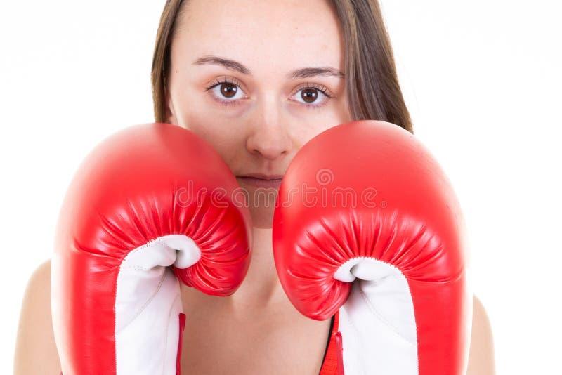 Ładna młoda brunetki kobieta boksuje w rękawiczkach Odizolowywać w białym tle zdjęcia stock