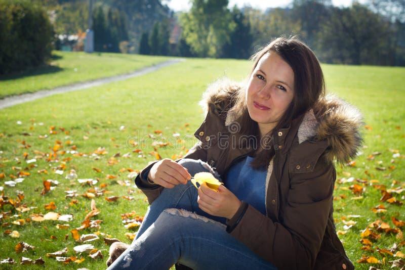 Ładna młoda dziewczyna cieszy się piękną naturę podczas słonecznego dnia zdjęcie stock