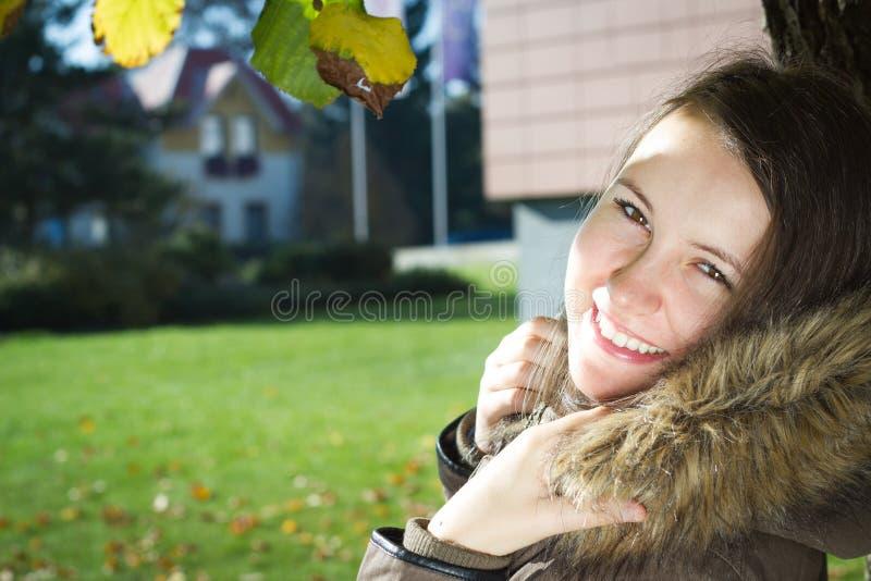 Ładna młoda dziewczyna cieszy się piękną naturę podczas słonecznego dnia obrazy stock