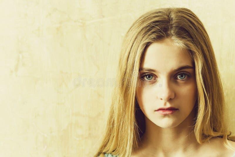 Ładna młoda dziewczyna z blondynem i dużymi niebieskimi oczami obrazy royalty free