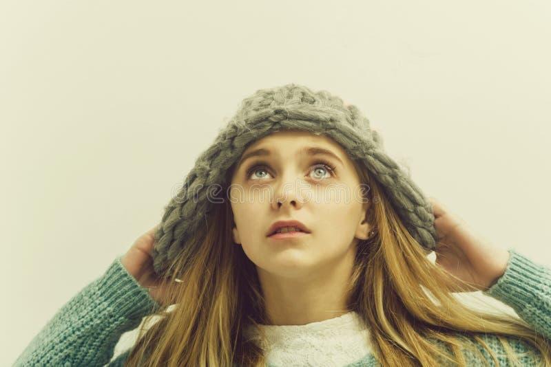 Ładna młoda dziewczyna z blondynem w modnym pulowerze, kapelusz fotografia royalty free