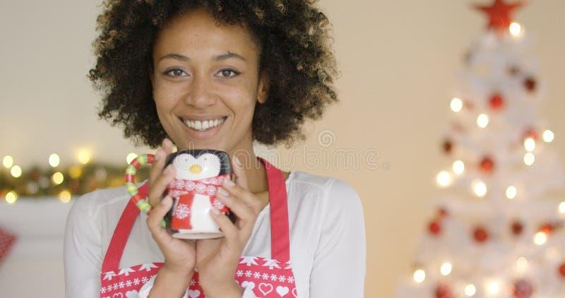 Ładna młoda gospodyni domowa relaksuje przy bożymi narodzeniami zdjęcia royalty free