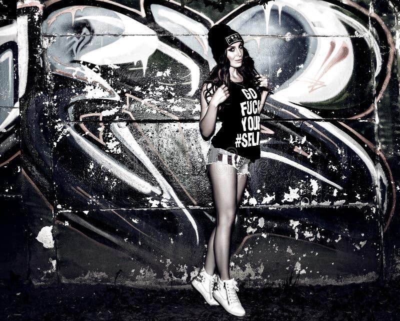 Ładna młoda kobieta blisko graffiti ściany obrazy royalty free