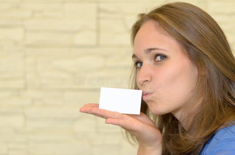 Ładna młoda kobieta Całuje Pustą kartę na ręce obraz royalty free