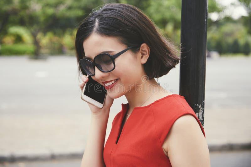 Ładna młoda kobieta dzwoni przyjaciel fotografia royalty free