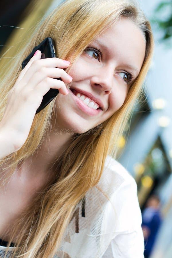 Ładna Młoda Kobieta Opowiada Na Smartphone Zdjęcie Royalty Free