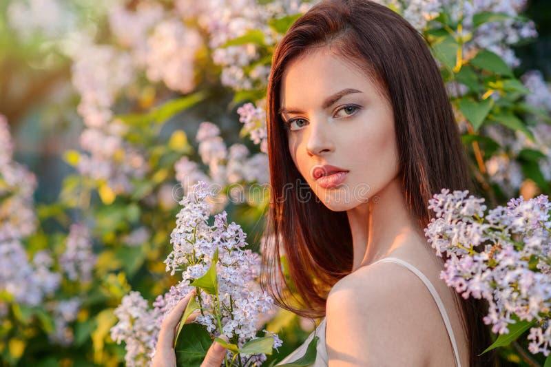 Ładna młoda kobieta pozuje outdoors w naturze obrazy stock