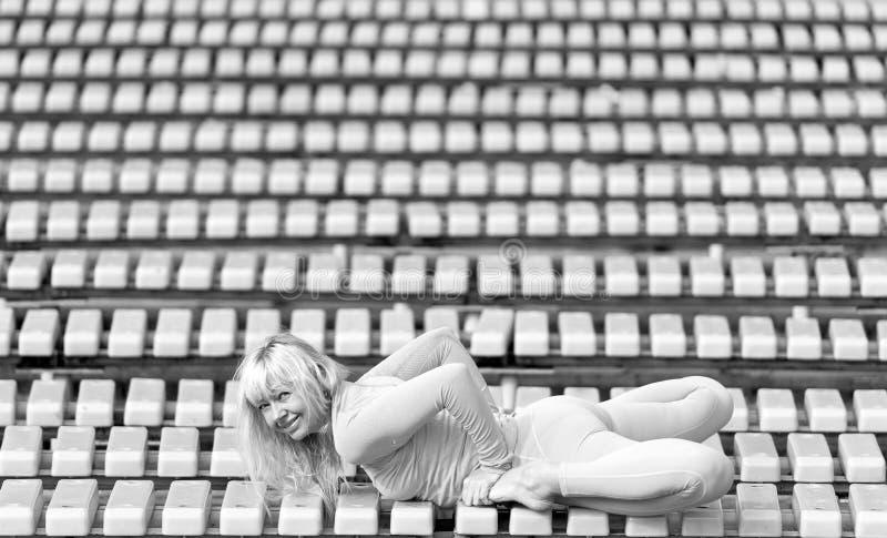 Ładna młoda kobieta robi joga asanas w parku zdjęcie stock